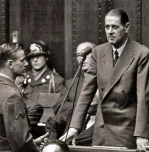 Fritz ter Meer i Nurnberg, dømt for krigsforbrytelser. Seinere ble han styreformann i Bayer AG